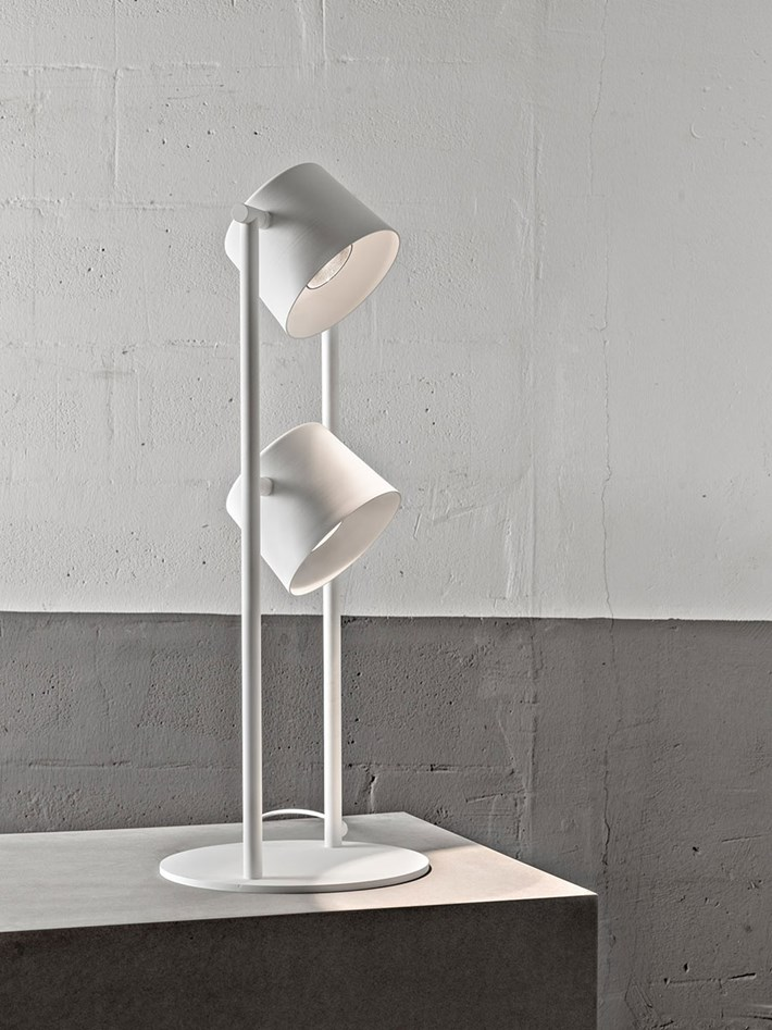 Blond Belysning Chorus Table Lamp with twin lamps in white in an industrial room