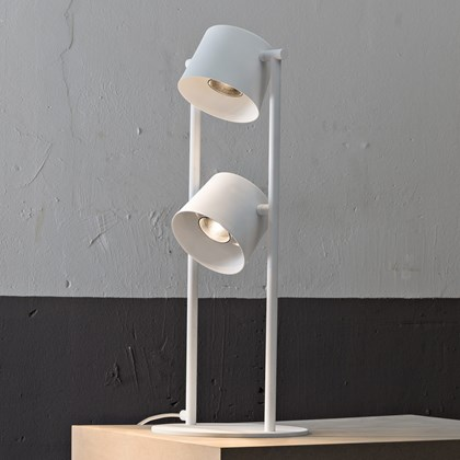 Blond Belysning Chorus Table Lamp in white in an industrial room