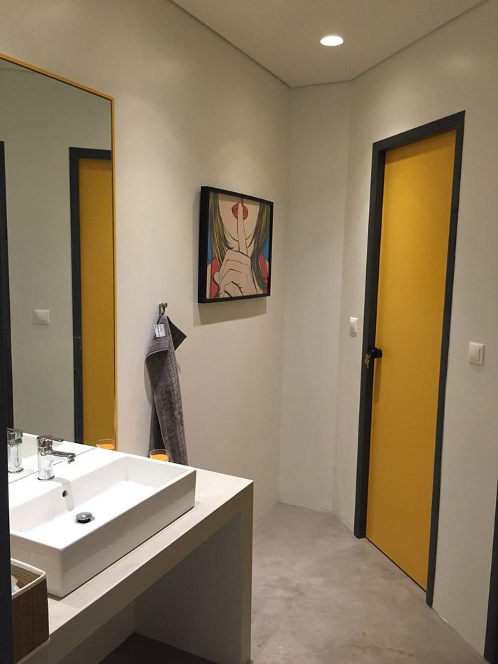Nama Fos 3 Plaster In Downlight Light installed in a modern bathroom with yellow door
